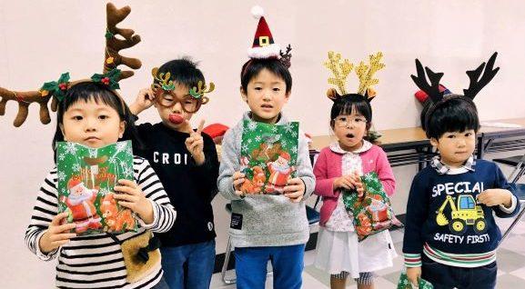 クリスマスの衣装で若い英語学生